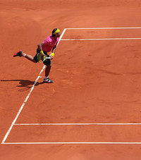 Nadal_ser_into_court