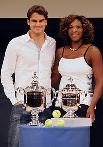 Federer_serena_08trophy