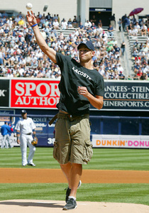 Roddick_ceremonial_first_pitch